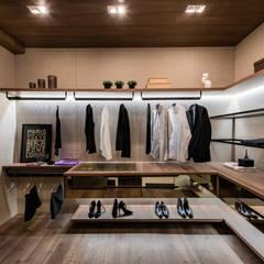 Closet: Closets modernos por juliano burali arquitetura