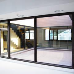 플라츠_울산시 중구 유곡동 470-1 상가주택: AAG architecten의  실내 정원,모던