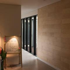 결무리집_인천시 중구 운서동 3047-10 상가주택: AAG architecten의  벽