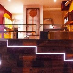 Bancone pizzeria a taglio: Bar & Club in stile  di Luca Alitini