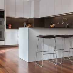 Uma casa dedicada à arte: Cozinhas  por Architect Your Home