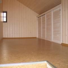 zusätzlich wurde im Dachboden mit Schränken Stauraum geschaffen:  Wände von Parkett Kessel