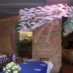 Cristales de agua con marcos en piedra sintética pizarra tonos arena: Piscinas de estilo  por Creart Acabados