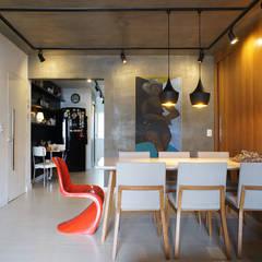 Apê do artista: Salas de jantar  por Lelalo - arquitetura e design,Moderno Concreto