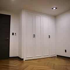 모던프렌치 복층구조 아파트34평형 인테리어: 주식회사 큰깃의  방