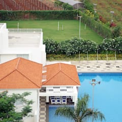 Dhanturi Farm House:  Pool by iammies Landscapes