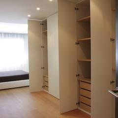 Apartamento ADAM: Vestidores de estilo  de ATYCO