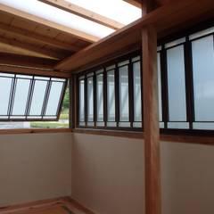 自作・自演・自力建設『54帖の中庭』: 高原正伸建築設計事務所 一級建築士事務所が手掛けた書斎です。