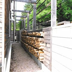 pickartzarchitektur-Hangbefestigung als Holzkonstruktion mit Holzlager: minimalistischer Garten von pickartzarchitektur