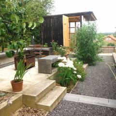 pickartzarchitektur-BaM2-Sichtbeton-Feuerterrasse mit Teehaus: minimalistischer Garten von pickartzarchitektur