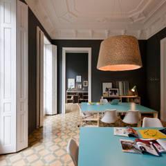 Oficinas de la productora Blurfilms Barcelona: Oficinas y Tiendas de estilo  de THE ROOM & CO interiorismo