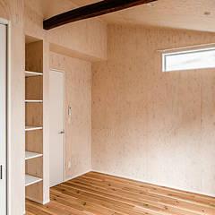 プライバシーと開放感の両立: 株式会社小木野貴光アトリエ 級建築士事務所が手掛けた寝室です。,インダストリアル