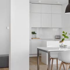 Our photoshoot of minimalistic apartment design by Design My Deer: styl , w kategorii Jadalnia zaprojektowany przez Ayuko Studio