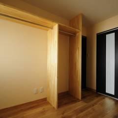 Vestidores y placares de estilo asiático por TBJインテリアデザイン建築事務所