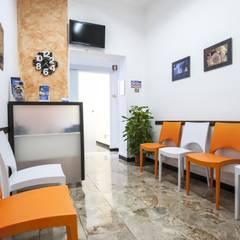 La sala d'attesa: Cliniche in stile  di Architetto Zappia Luca