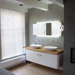 Verbouw monumentale woning: eclectische Badkamer door studio architecture