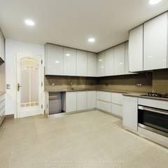 Apartamento Avenida António Augusto de Aguiar: Cozinhas  por NOVACOBE - Construção e Reabilitação, Lda.
