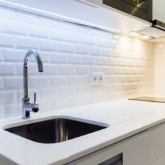 Remodelação de estúdio - São Martinho do Porto: Cozinhas  por NOVACOBE - Construção e Reabilitação, Lda.