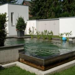 Minimalistischer Poolgarten:  Pool von 2kn Architekt + Landschaftsarchitekt