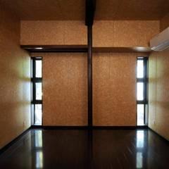 新たに設けた寝室: 株式会社ラウムアソシエイツ一級建築士事務所が手掛けた寝室です。