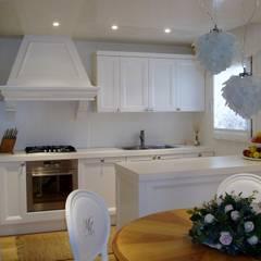cucina classico contemporaneo, bancone: Cucina in stile in stile Classico di Mobili Donda