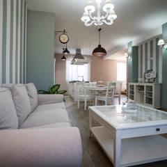 Appartamento Stile Shabby Chic Rustico: Soggiorno in stile  di T_C_Interior_Design___