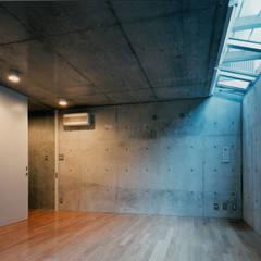 地下室(多目的室): 株式会社ラウムアソシエイツ一級建築士事務所が手掛けたホームジムです。