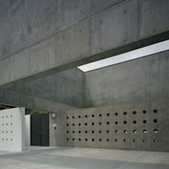 下鴨の家: 株式会社ラウムアソシエイツ一級建築士事務所が手掛けた庭です。