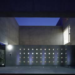 客用駐車場夜景: 株式会社ラウムアソシエイツ一級建築士事務所が手掛けたガレージです。