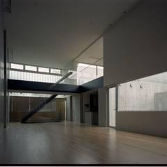 客間: 株式会社ラウムアソシエイツ一級建築士事務所が手掛けたホームジムです。