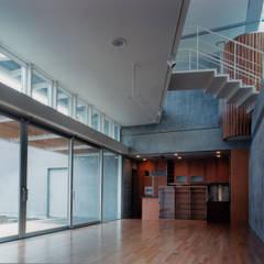 ダイニング・キッチン: 株式会社ラウムアソシエイツ一級建築士事務所が手掛けたサンルームです。