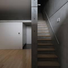 2階妹の家エントランス階段: 株式会社ラウムアソシエイツ一級建築士事務所が手掛けた廊下 & 玄関です。