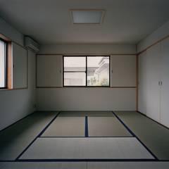Dressing room by 株式会社ラウムアソシエイツ一級建築士事務所