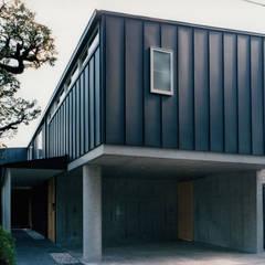 ポーチ・ガレージ: 株式会社ラウムアソシエイツ一級建築士事務所が手掛けたガレージです。