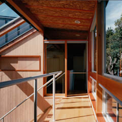 砧の住宅: 株式会社ラウムアソシエイツ一級建築士事務所が手掛けたサンルームです。
