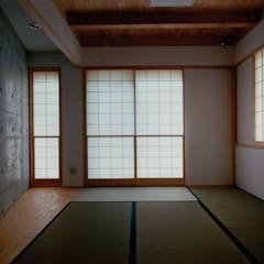 Salas multimedia de estilo  por 株式会社ラウムアソシエイツ一級建築士事務所
