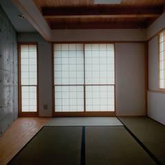 Media room by 株式会社ラウムアソシエイツ一級建築士事務所