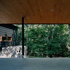 ポーチ・庭: 株式会社ラウムアソシエイツ一級建築士事務所が手掛けた庭です。