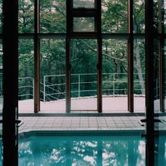 Spa de estilo colonial por 株式会社ラウムアソシエイツ一級建築士事務所