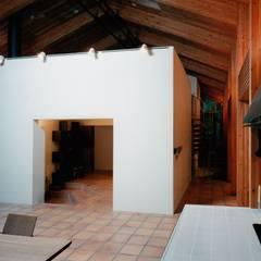 Y山荘: 株式会社ラウムアソシエイツ一級建築士事務所が手掛けたリビングです。
