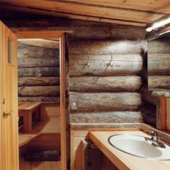 K山荘: 株式会社ラウムアソシエイツ一級建築士事務所が手掛けた浴室です。