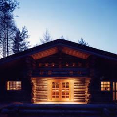 テラス夜景: 株式会社ラウムアソシエイツ一級建築士事務所が手掛けたベランダです。