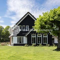 Landelijke woning in het buitengebied:  Huizen door Architectenbureau The Citadel Company