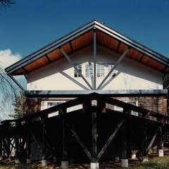 南面テラス: 株式会社ラウムアソシエイツ一級建築士事務所が手掛けたテラス・ベランダです。