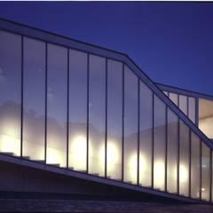 展示室階段 夜景: 株式会社ラウムアソシエイツ一級建築士事務所が手掛けた美術館・博物館です。
