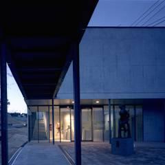 壱岐文化ホールからの渡り廊下・エントランス: 株式会社ラウムアソシエイツ一級建築士事務所が手掛けた美術館・博物館です。