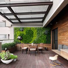 H之所在 H house:  露臺 by 禾築國際設計Herzu  Interior Design
