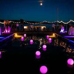 Leuchtkugeln im Pool:  Veranstaltungsorte von The Harrison Spirit