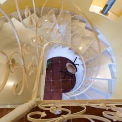 """Proyecto de Home staging y fotografía en villa de alquiler vacacional """"Esmeralda"""": Escaleras de estilo  de Home & Haus   Home Staging & Fotografía"""