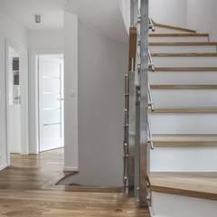 Dom jednorodzinny: spójny i unikalny: styl , w kategorii Korytarz, przedpokój zaprojektowany przez Perfect Space